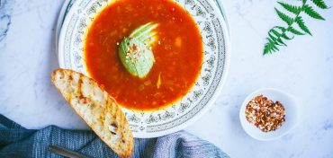 zupa soczewicowa z pomidorami i awokado